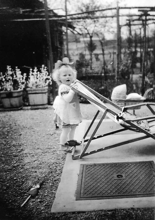 Brigitte Walz  steht 1942  an einem Schachtdeckel, der 1944 wichtig wurde.  | Foto: privat