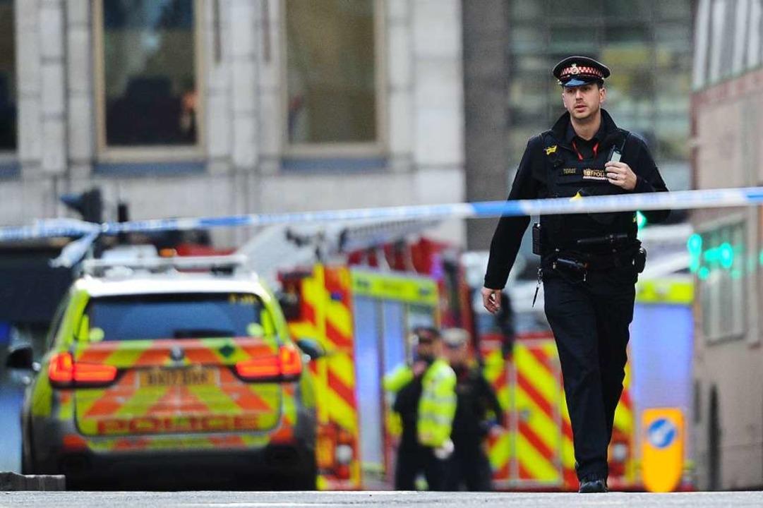 Polizeiautos stehen am Tatort  in der Nähe der London Bridge    Foto: DANIEL SORABJI (AFP)