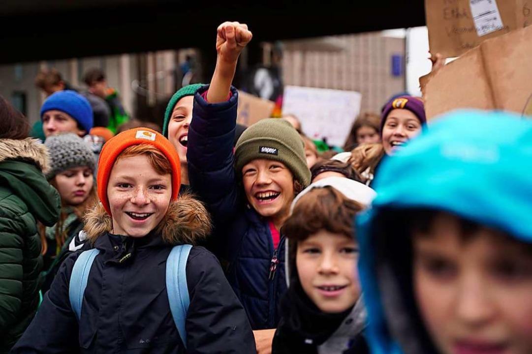 Auch junge Schülerinnen und Schüler waren bei der Demo dabei.  | Foto: Stefan Hipp