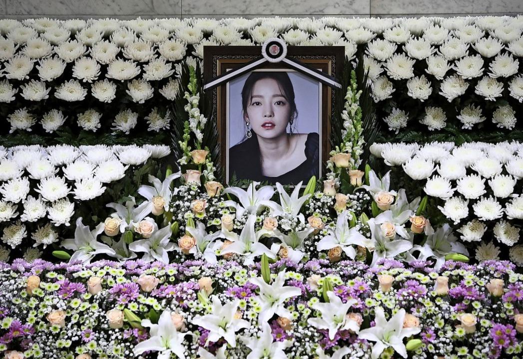 Blumen vor einem Gedenkaltar für Goo Hara im  St. Mary's Hospital in Seoul  | Foto: Chung Sung-Jun (dpa)