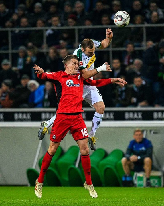 März 2019: SC-Stürmer Nils Petersen (v... Tony Jantschke. Das Spiel endete 1:1.  | Foto: SASCHA SCHUERMANN