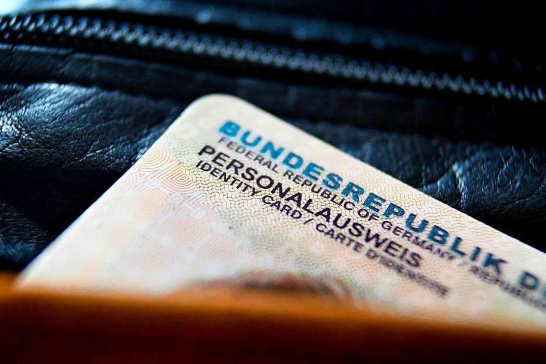 Enthält sensible Daten: Der Personalausweis  | Foto: Karl-Josef Hildenbrand (dpa)