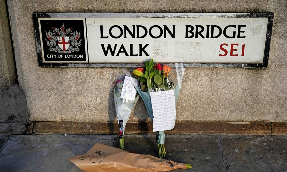In der Nähe der London Bridge erinnern...ie Opfer der gestrigen Terrorattacke.   | Foto: NIKLAS HALLE'N (AFP)