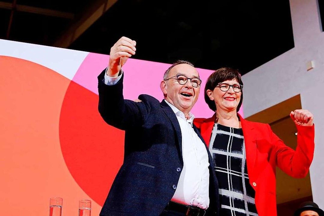 Saskia Esken  und Norbert Walter-Borjans am Samstagabend im Willy-Brandt-Haus.  | Foto: AXEL SCHMIDT (AFP)