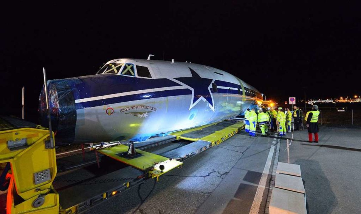 Der Rumpf der Super-Connie wird für den Transport nach Eschbach bereit gemacht.  | Foto: Uwe Stohrer
