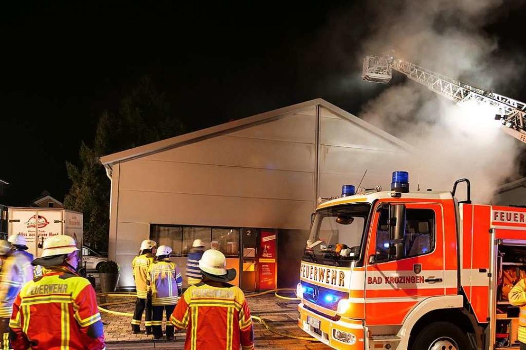Die Feuerwehr Bad Krozingen konnte mit...Brand außerhalb der Halle ausbreitete.  | Foto: Patrick Kerber