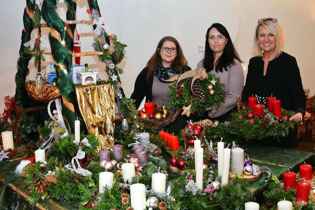 Sandra Schmidt, Tanja Risle und Annett... selbst hergestellten Adventsschmuck.   | Foto: Stefan Pichler