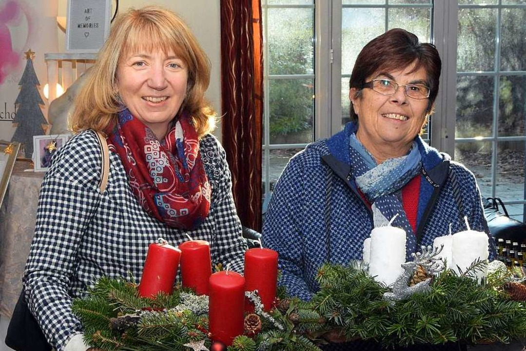 Die beiden Landfrauen Karin Schmidt un...zwei üppig geschmückte Adventskränze.   | Foto: Stefan Pichler