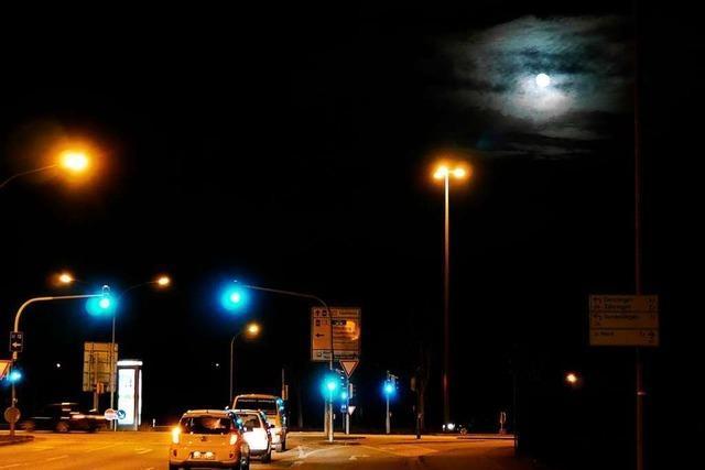 Mond, Ampeln und Scheinwerfer strahlen um die Wette.