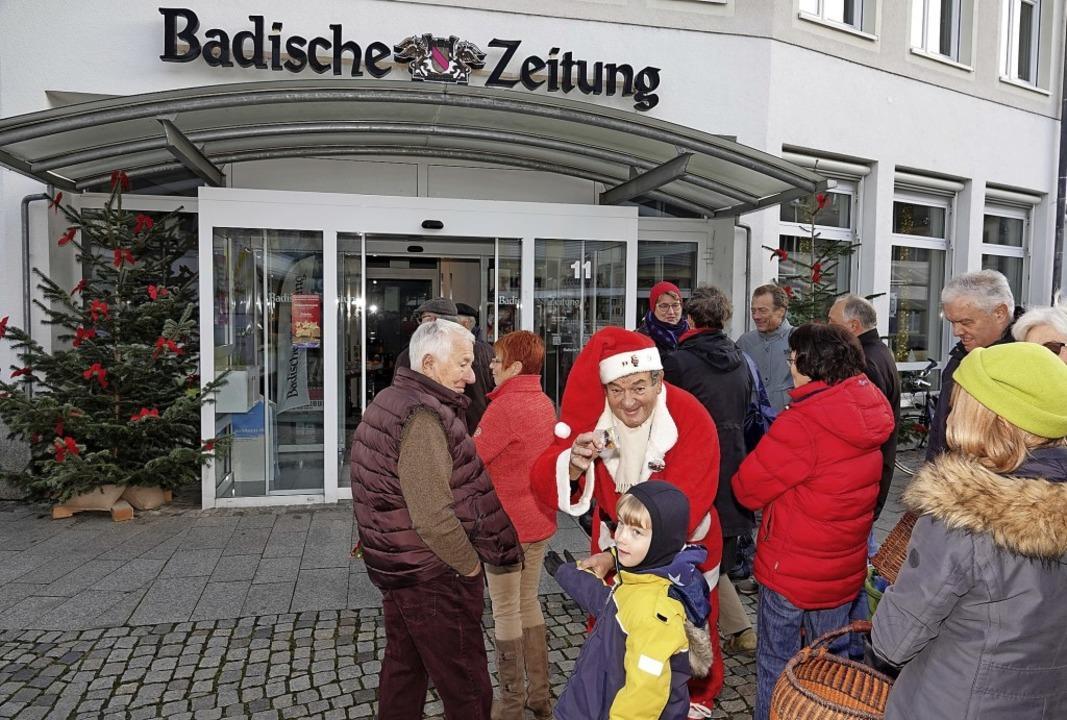 Zum Auftakt der Verkaufsaktion war der... Stimmung vor der BZ-Geschäftsstelle.   | Foto: Dieter Erggelet