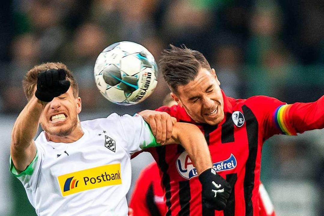 Kampf um jeden Zentimeter: Patrick Hermann gegen Christian Günther (rechts)  | Foto: David Inderlied (dpa)