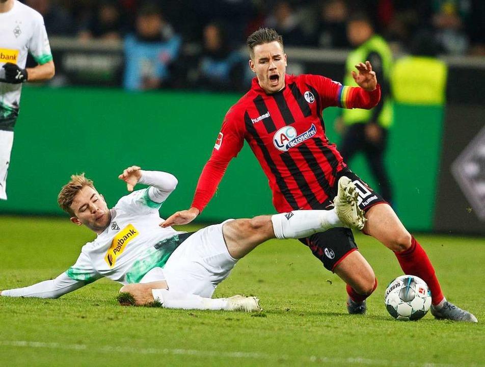Duell der ehemaligen Nationalspieler: ... Kramer vor Christian Günther (rechts)  | Foto: Roland Weihrauch (dpa)