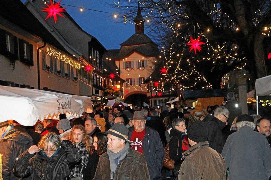Dichtes Gedränge herrschte auf dem Vog...h geschmückten Burkheimer Mittelstadt.  | Foto: Herbert Trogus