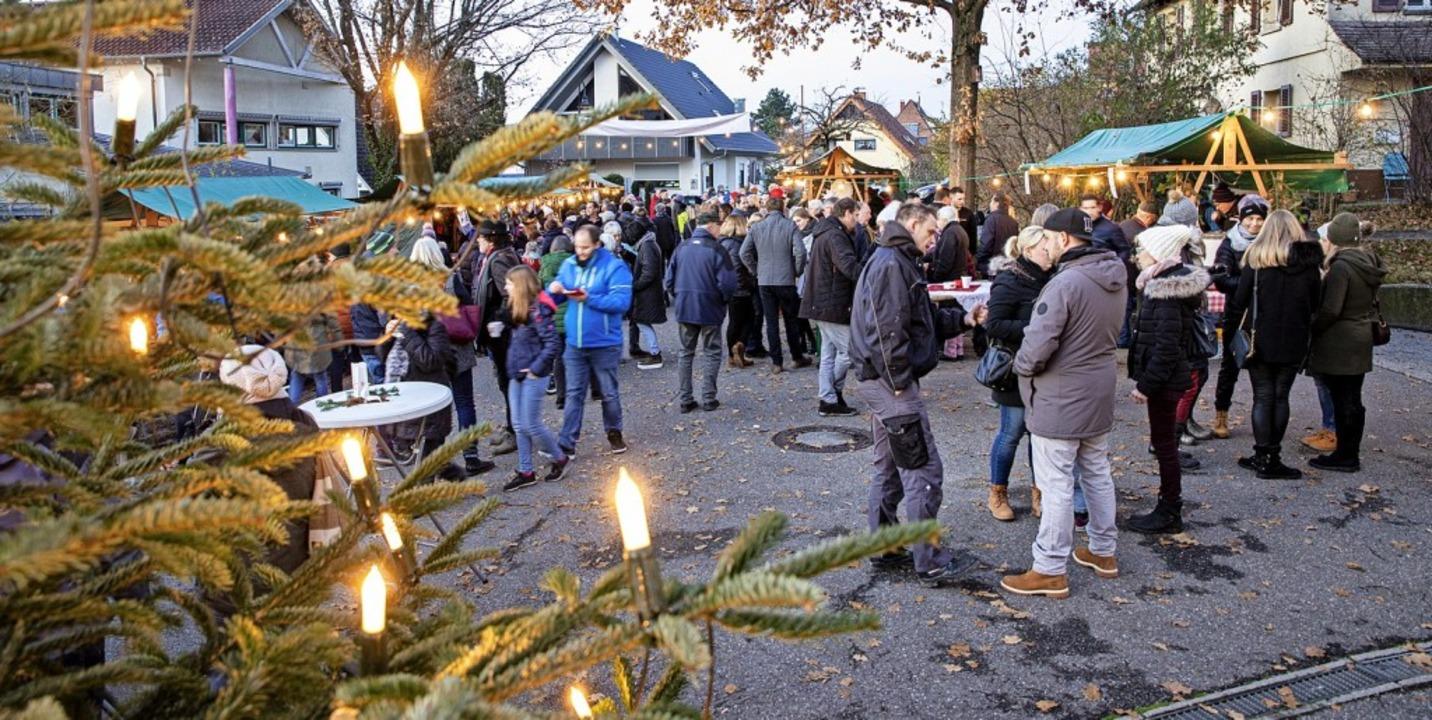 Viele Besucher schauten sich das Angeb... Weihnachtsmarkt in Pfaffenweiler an.   | Foto: Hubert Gemmert