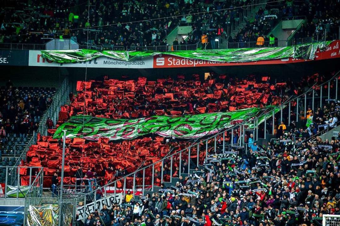 Vor dem Anpfiff zeigten die SC-Fans eine Choreo in Mönchengladbach.  | Foto: David Inderlied (dpa)