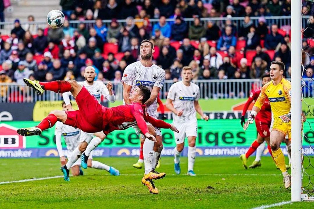 Mario Gomez trifft in Sandhausen per F...kzieher. Doch der Treffer zählt nicht.  | Foto: Uwe Anspach (dpa)