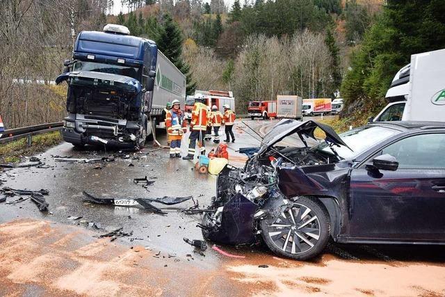 Autofahrer gerät in der Löffeltalkurve in den Gegenverkehr und kollidiert mit einem Laster
