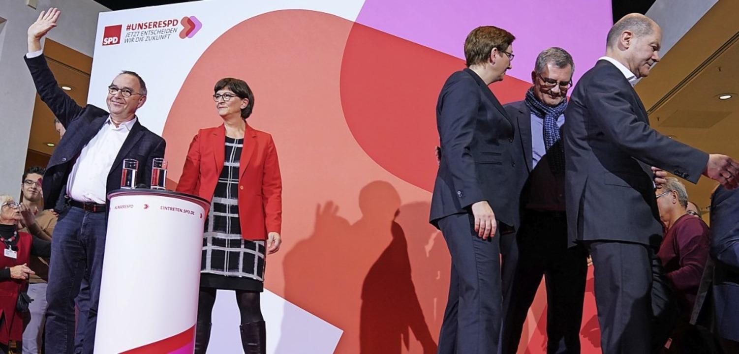 Während Norbert Walter-Borjans und Sas... und Olaf Scholz enttäuscht die Bühne.  | Foto: Kay Nietfeld (dpa)