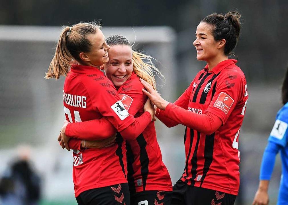 Klara Bühl, Lisa Karl und Lena Lotzen (von links) bejubeln das  3:1.      Foto: Patrick Seeger