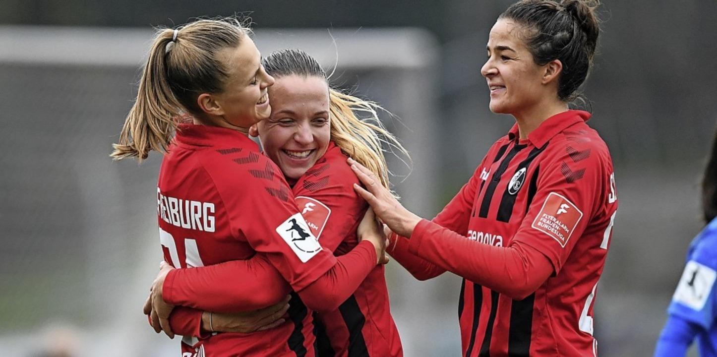 Klara Bühl, Lisa Karl und Lena Lotzen (von links) bejubeln das  3:1.    | Foto: Patrick Seeger