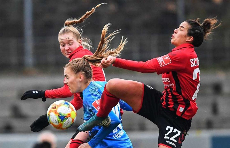 Janina Minge und Lena Lotzen im Zweikampf mit einer Frankfurter Spielerin.  | Foto: Patrick Seeger