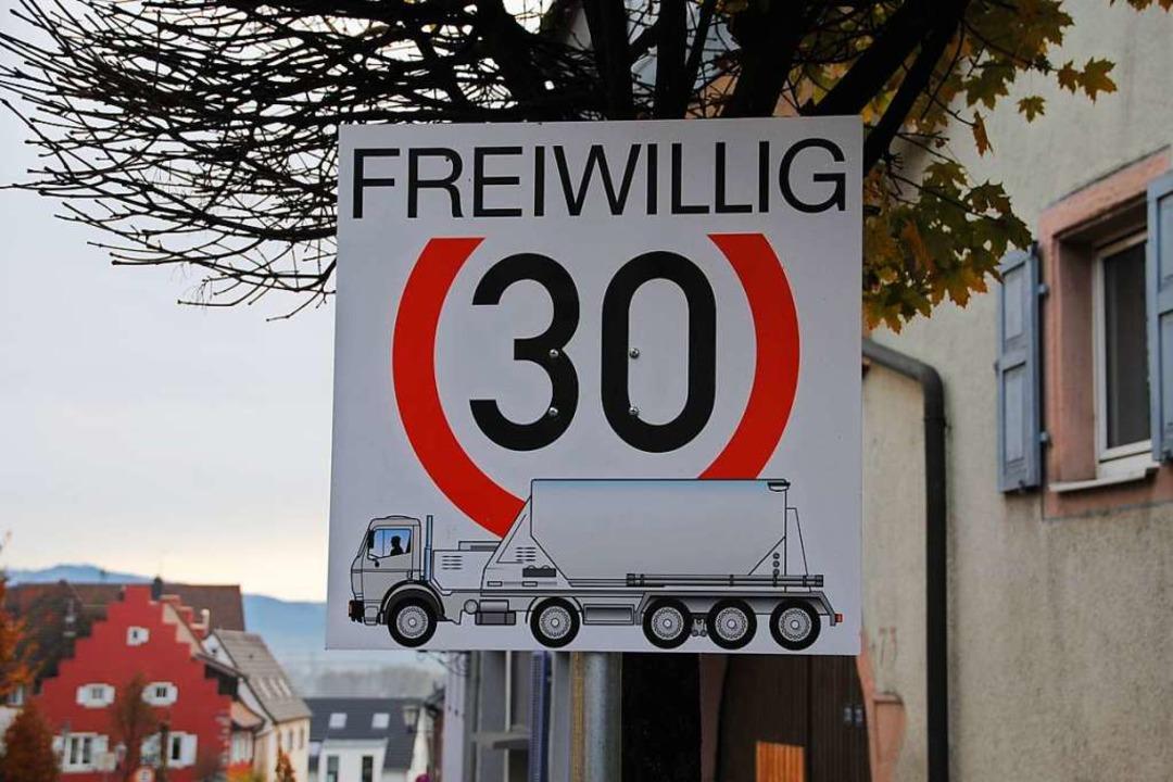 Bisher nur freiwillig: Schild an der Bergstraße wirbt für Tempo 30 mit Lastwagen  | Foto: Manfred Frietsch