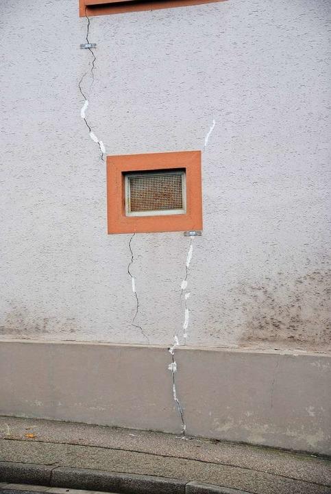 Risse im Putz an einer Hauswand der Be... auch Schwerlastverkehr unterwegs ist.  | Foto: Manfred Frietsch