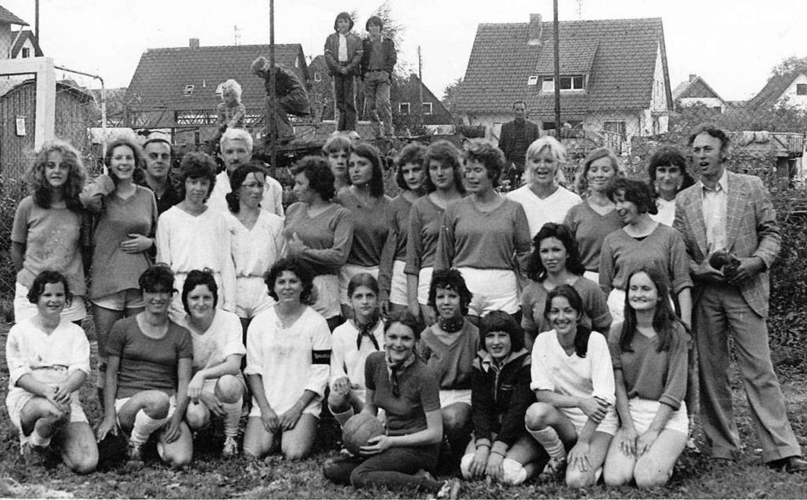 Pionierinnen: Bereits 1974 hatte der F...iler-Schallstadt eine Damenmannschaft.  | Foto: FC Wolfenweiler