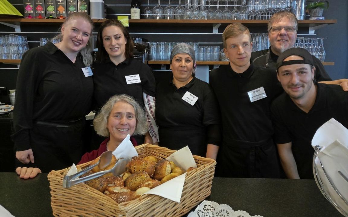 Das Team im Trainingsrestaurant Weiche...pte dafür bringen die Teilnehmer mit.   | Foto: Katja Russhardt