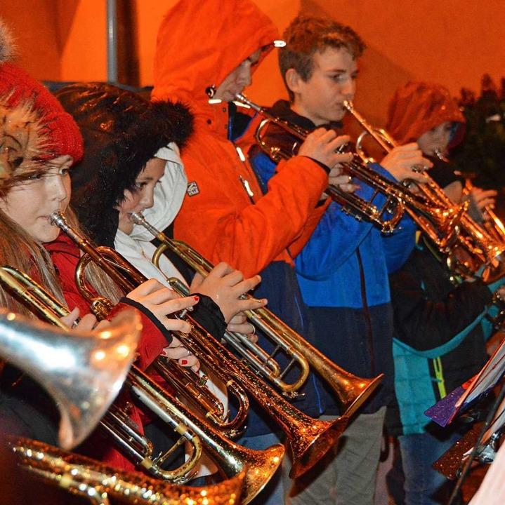Die Trompetenschüler der Jugendmusiksc...tlichen Weisen das Weihnachtserlebnis.  | Foto: Gerhard Lück