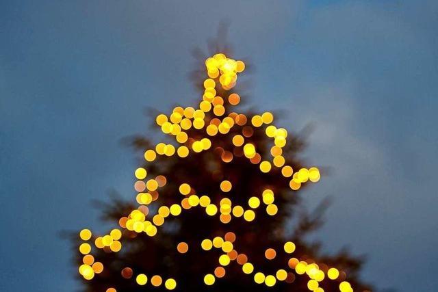 Zwei Diebe klauen Weihnachtsbaum vom Bad Säckinger Weihnachtsmarkt
