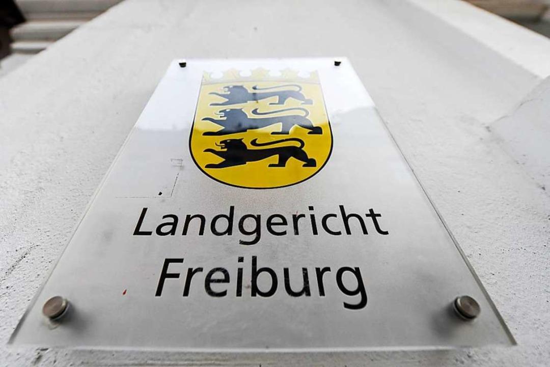 Der Mann muss sich vor dem Landgericht Freiburg verantworten (Archivbild).  | Foto: Patrick Seeger (dpa)