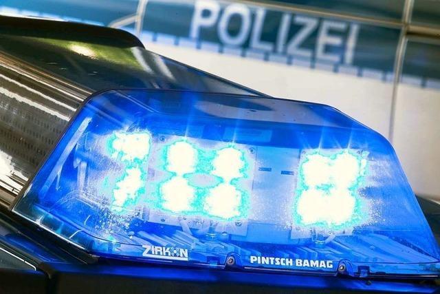 Verlorenes Blechteil beschädigt in Biberach drei Fahrzeuge