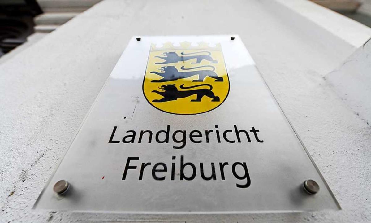 Der 42-jährige Beschuldigte war zwisch...s gegen ihn am Freiburger Landgericht.  | Foto: Patrick Seeger