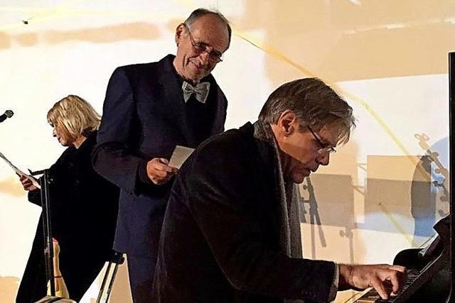 Die Schauspielr Renate Obermaier und Heinz Spagl zusammen mit dem Pianisten Thomas Wenk in der Buchhandlung der Rainhof-Scheune