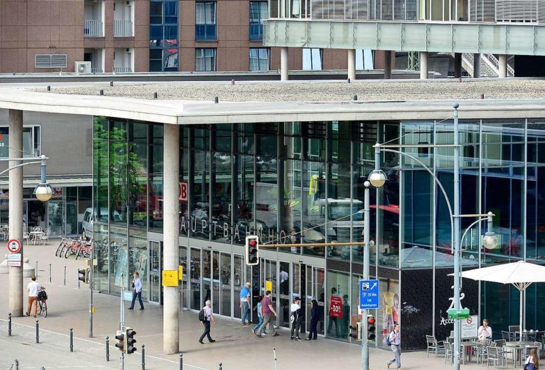 Am Hauptbahnhof kontrollierte die Bund...ass sie mit Haftbefehl gesucht wurden.  | Foto: Ingo Schneider