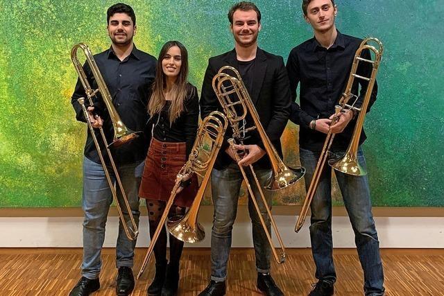 Vier junge Musiker der Freiburger Musikhochschule spiele Posaune in der Käppele-Scheune