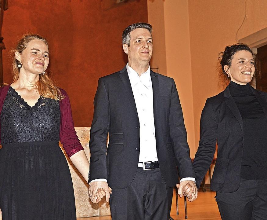 Das musikalische Trio beim Adventskonz...der und  Sprecherin Doro Wolfsberger.   | Foto: Georg Diehl