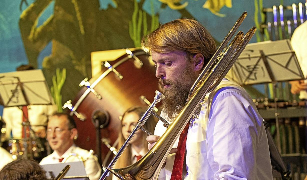 Die Lenzkircher Stadtmusik als Big Ban... sind die Tiefen des Ozeans zu sehen.   | Foto: Wolfgang Scheu