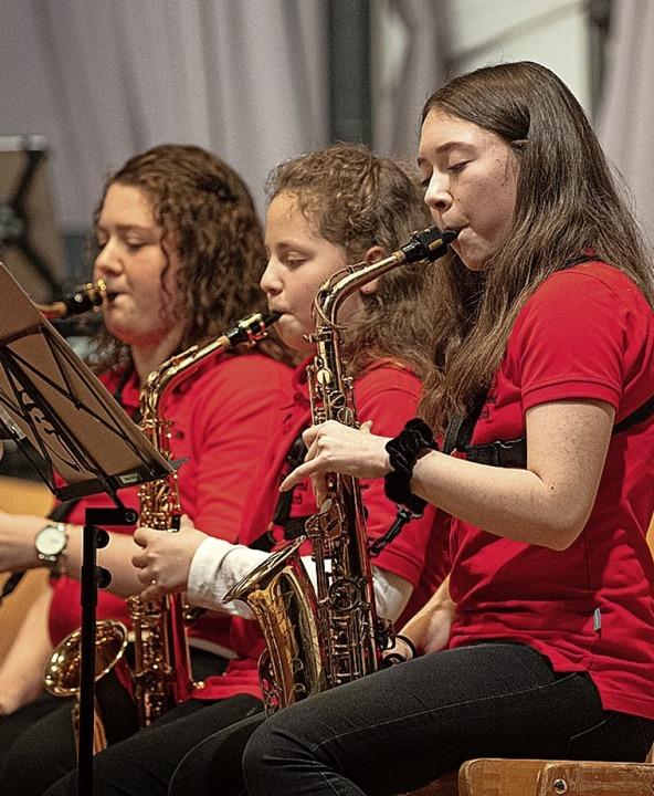 Ganz schön rot: Die Jugendkapelle beim großen Auftritt  | Foto: Wolfgang Scheu