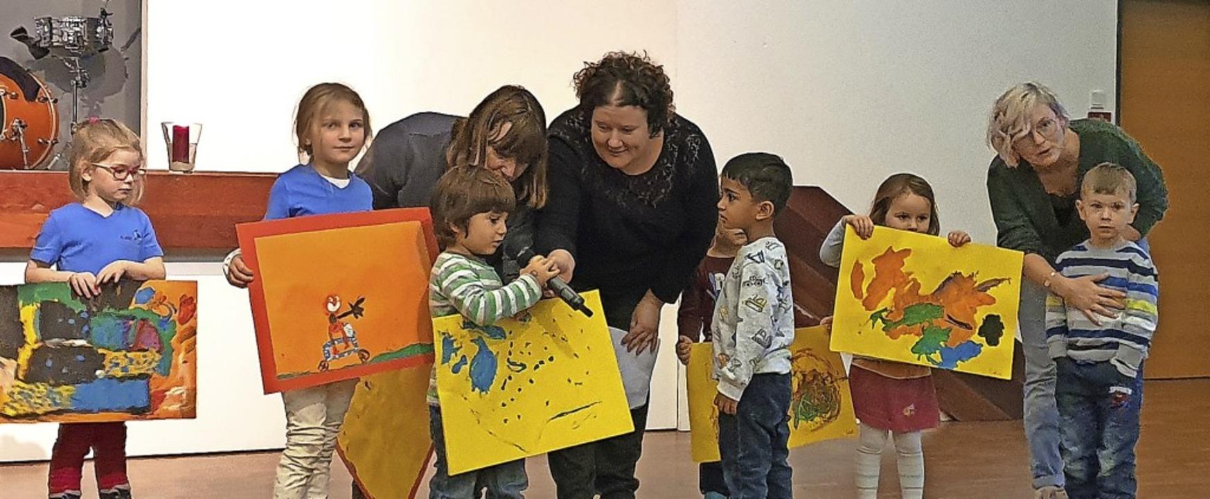 Gemalte Wunschzettel hatten die Kinder...nder mit zur Eröffnungsfeier gebracht.    Foto: Julius Wilhelm Steckmeister