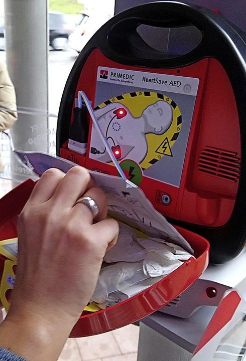 Der Defibrillator hängt in der Sparkassenfiliale.  | Foto: DRK