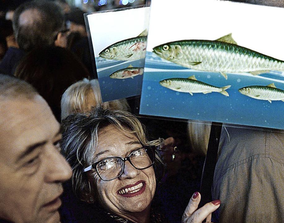 Eine Frau protestiert in Florenz mit einem Sardinen-Plakat gegen Intoleranz.  | Foto: FILIPPO MONTEFORTE