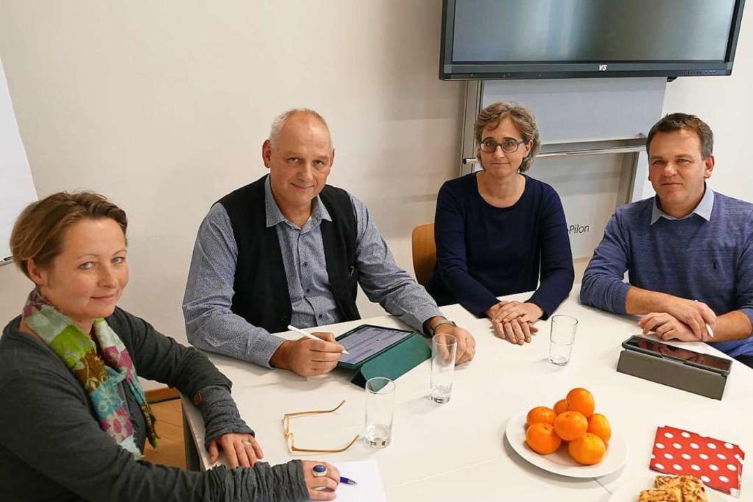 Christine Mörth, Frank Braun, Stefanie...)  sprechen für die Lörracher Schulen.  | Foto: Willi Adam
