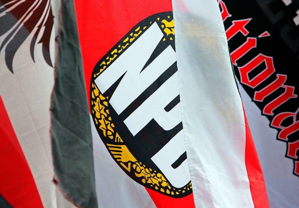 Eine Fahne mit dem Logo der rechtsextremen Partei NPD  | Foto: Fredrik von Erichsen (dpa)