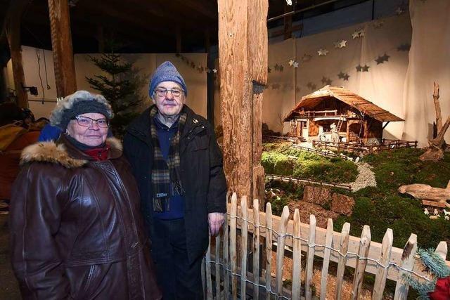 Ehepaar fertigt besondere Schwarzwaldkrippe für Markt auf Schloss Ebnet an