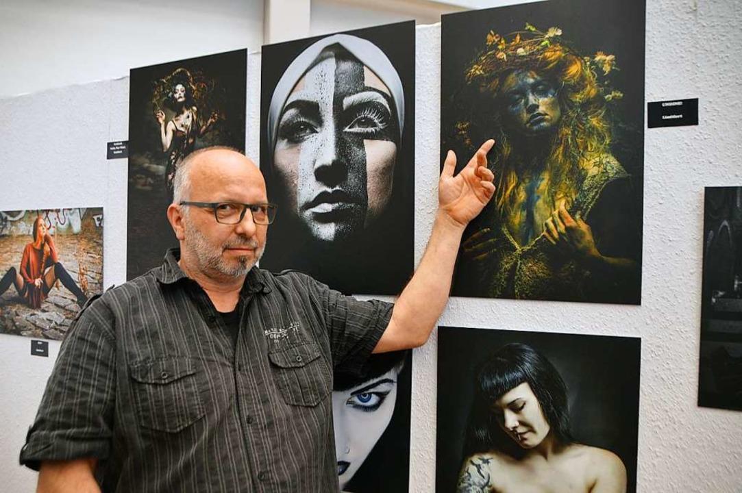 Christian Weiner aus Rheinhausen präsentiert seine Fotos  | Foto: Horatio Gollin