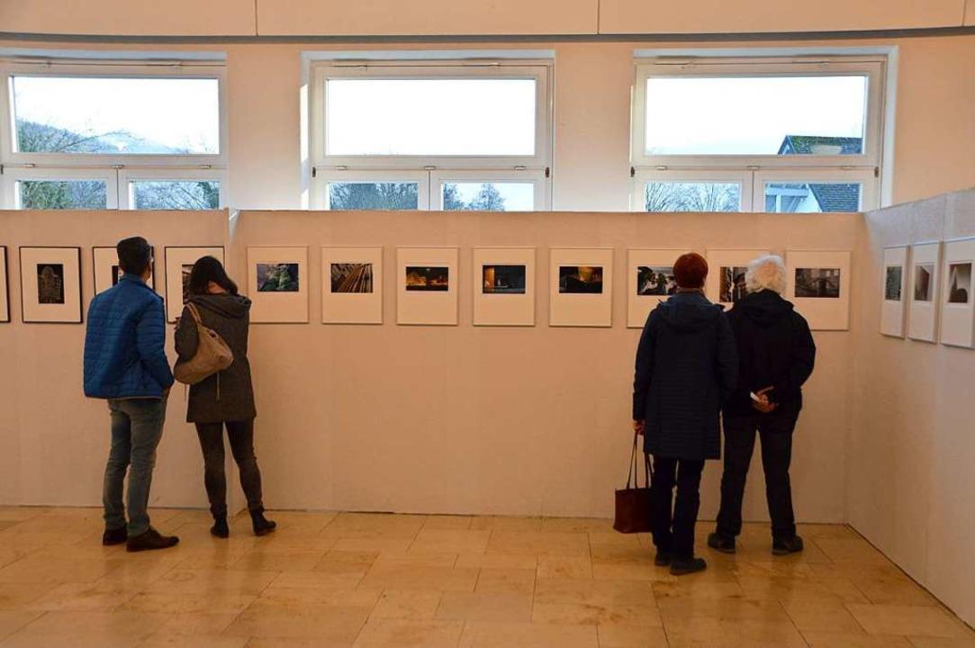 Besucher betrachten ausgestellte Bilder beim Kirchzartener Fotosalon im Kurhaus.  | Foto: Horatio Gollin