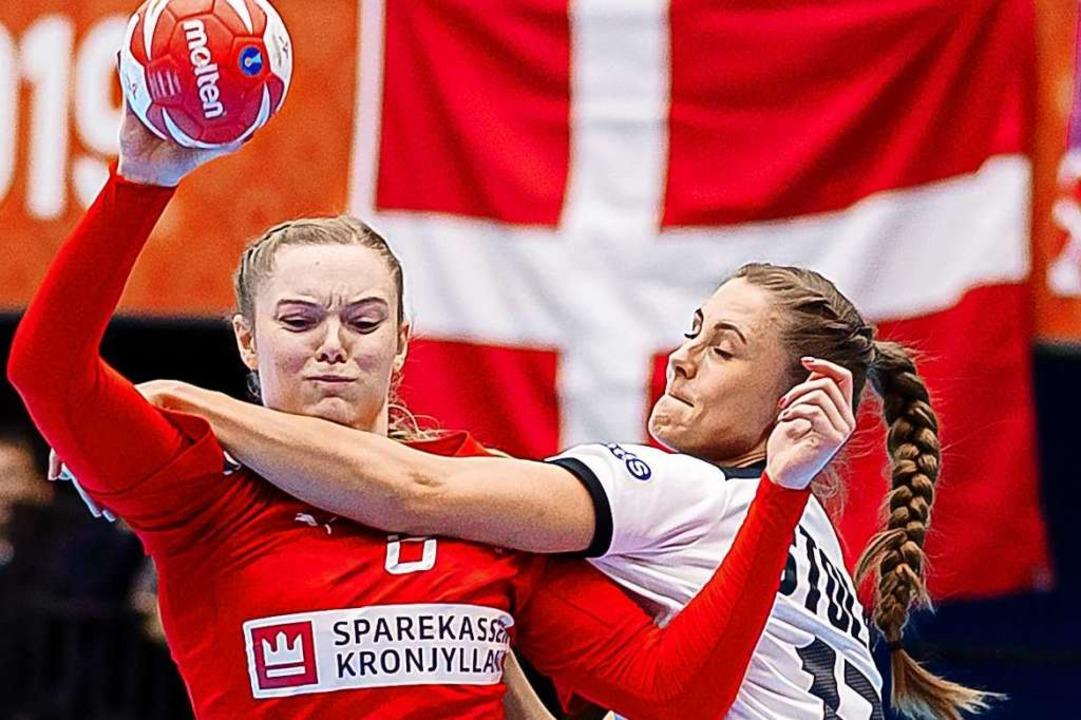 Anne Mette Hansen von Dänemark und Alicia Stolle  von Deutschland.  | Foto: Marco Wolf (dpa)