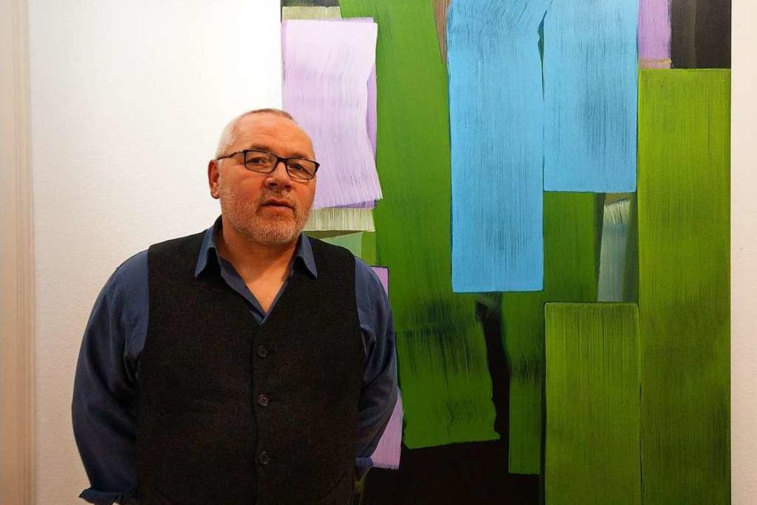 Der Karlsruher Künstler Holger Fittere... in Ebringen seine neuen Arbeiten vor.  | Foto: Sarah Schädler